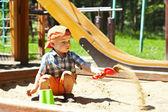 dítě na hřišti