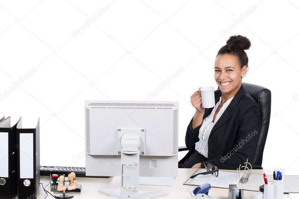Employé de bureau jeune boit une tasse de café u stock photo