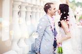 lo sposo e la sposa in un parco