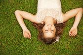 roztomilá žena ležící na trávě