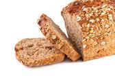 Celá zrna a mrkev chléb izolovaných na bílém pozadí