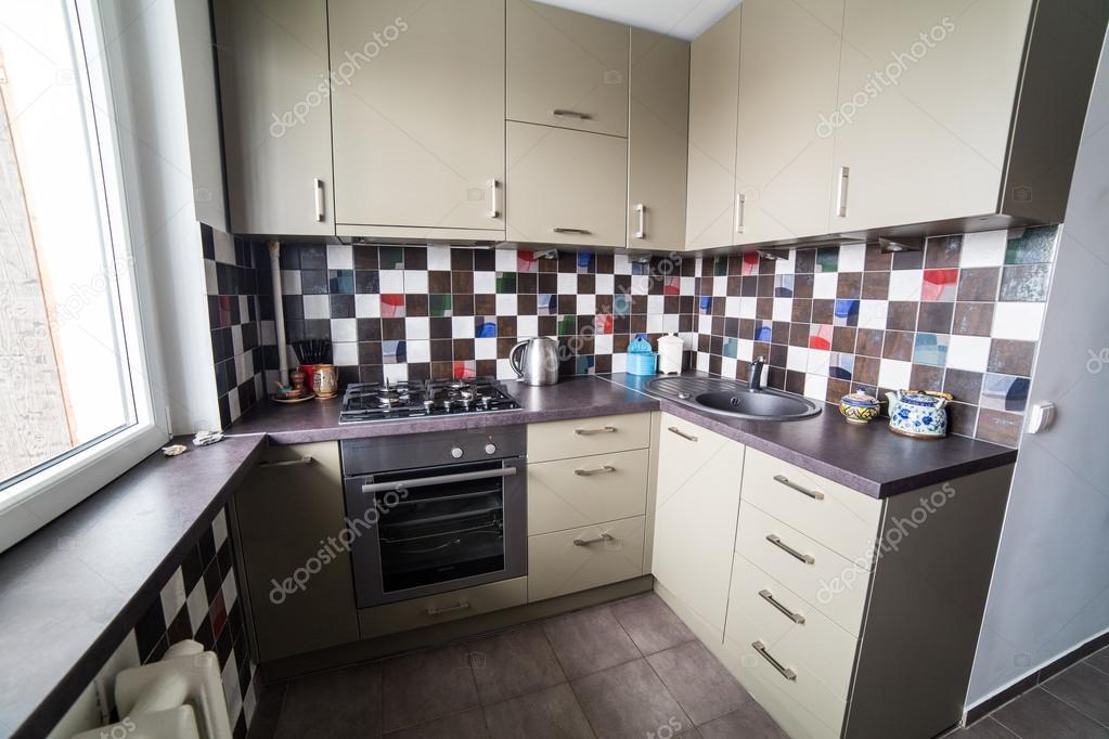 Binnen kleine en gezellige keuken u stockfoto adasv