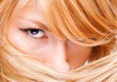 mladá dáma s krásným očima