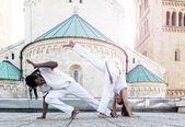 Mladá dvojice capoeira