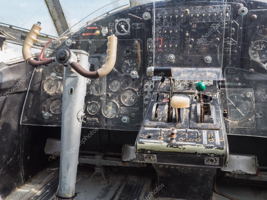All 39 interno della cabina di pilotaggio di un aereo jet for Piccolo costruttore di cabina