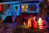 dům zdobí vánoční osvětlení
