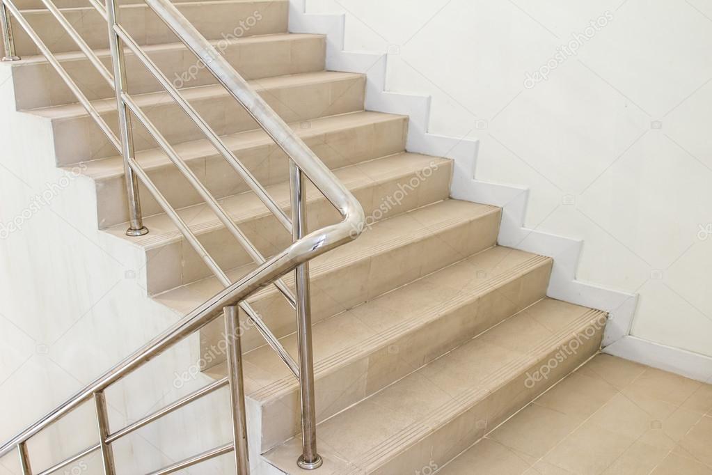 cage d 39 escalier dans un immeuble modern photographie photoraidz 49243301. Black Bedroom Furniture Sets. Home Design Ideas