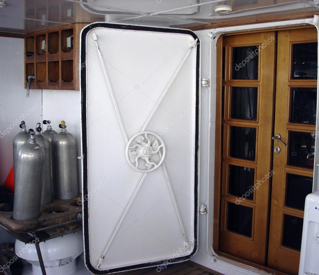 водонепроницаемые двери на лодке аквалангист стоковое фото