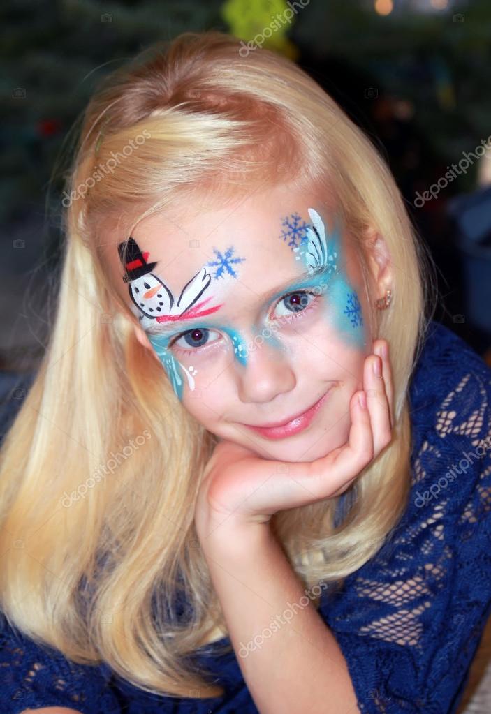 Jolie petite fille avec un visage peint. maquillage de Noël \u2014 Image de  atveretinova