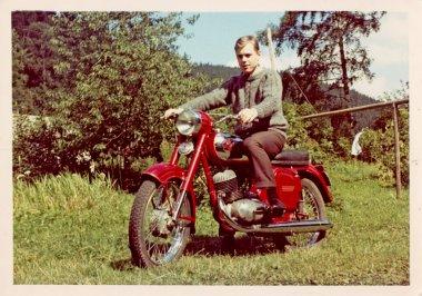 """Картина, постер, плакат, фотообои """"чувак на красном мотоцикле """", артикул 28163967"""