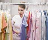 žena v šatníku