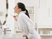 nő, fogmosás