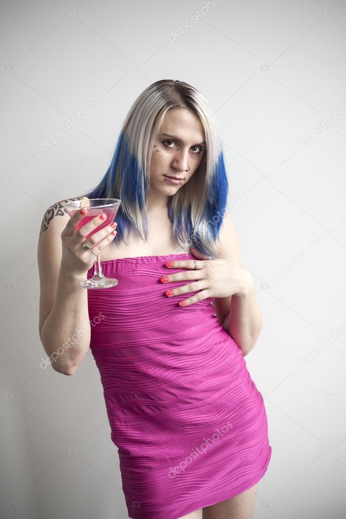 Krásná mladá žena s modrými vlasy a velmi krátké růžové šaty– stock obrázky 6aa411994e9
