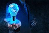 Fotografie Geschäftsmann Hand zeigt Glühbirne mit Planet Erde soziale Netzpla