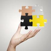 ruční, zobrazující 3d puzzle jako koncept