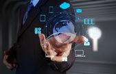 Podnikatel ukazuje moderní technologie