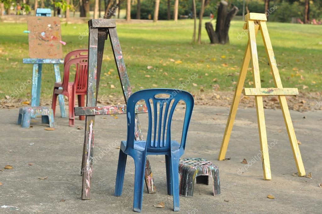 Verschillende houten ezels met plastic stoelen u stockfoto