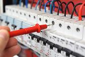 Keze a multiméter szonda egy elektromos sw: villanyszerelő