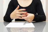 Fotografie Trennen. Frau ist zieht den Ring von Hand aus.