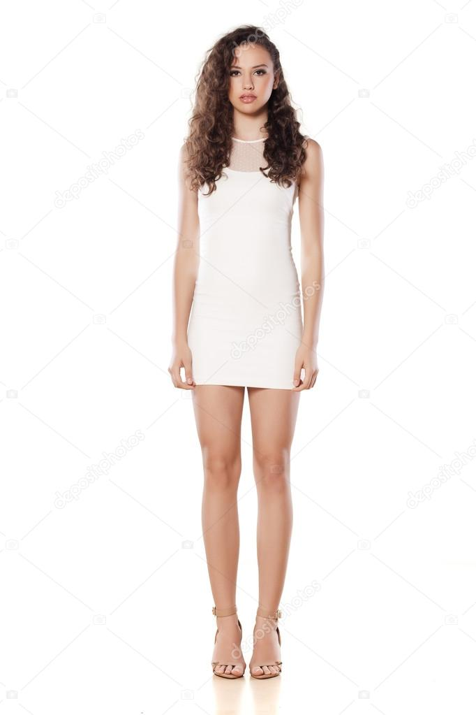 76279dc72da3 Dívka v krátké bílé šaty — Stock Fotografie © VGeorgiev  50580527