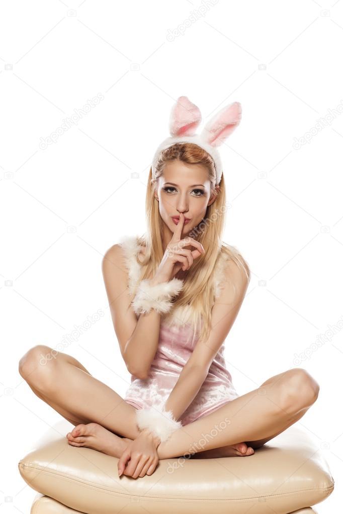 Кружевном белье девушка в костюме зайца проснулась