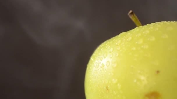 Forgó zöld alma