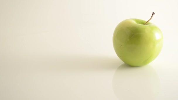 rotační granny smith apple na akryl proti bílá - jeřáb se