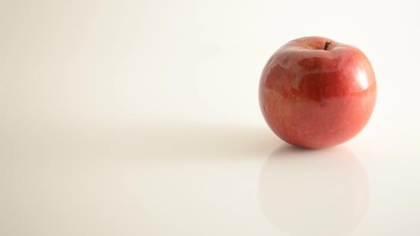 otáčení jablko mcintosh na akryl proti bílá - jeřáb se