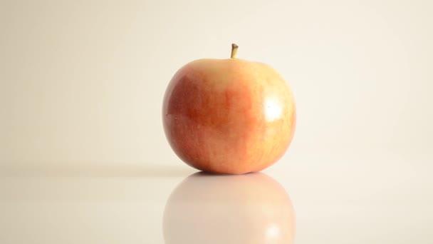 rotační říše apple na akryl proti bílé - doprava dolly