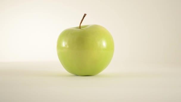 Drehender Oma-Schmied-Apfel gegen Weiß - Dolly rechts