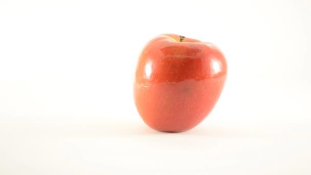 rotující jazzový apple proti bílé - dolly vlevo