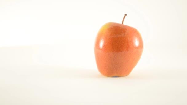 rotierender Sonya-Apfel gegen Weiß - Dolly rechts
