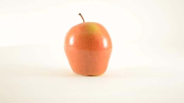 rotierender Sonya-Apfel gegen weißen - Dolly links