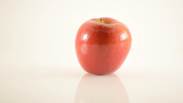 rotační jazzový apple na akryl proti bílé - doprava dolly