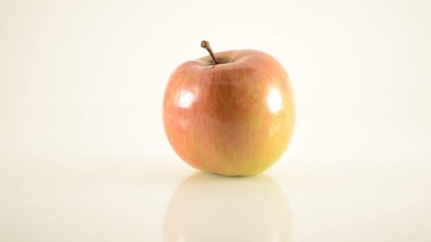 rotační fuji jablko na akryl proti bílé - doprava dolly
