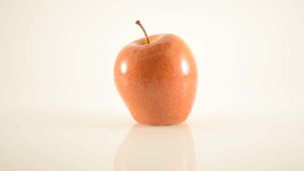 rotierender Sonya-Apfel auf Acryl gegen Weiß - Dolly rechts