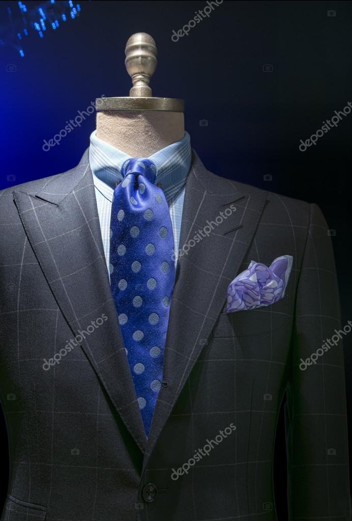 f02ade50c07 Μεγέθυνση της ένα ελαφρύ γκρι καρό σακάκι με μπλε καρό πουκάμισο, μπλε πουά  δεσμός και το χαρτομάνδηλο σε σκούρο φόντο. διαδρομή αποκοπής που ...