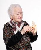 Stará žena s banánem
