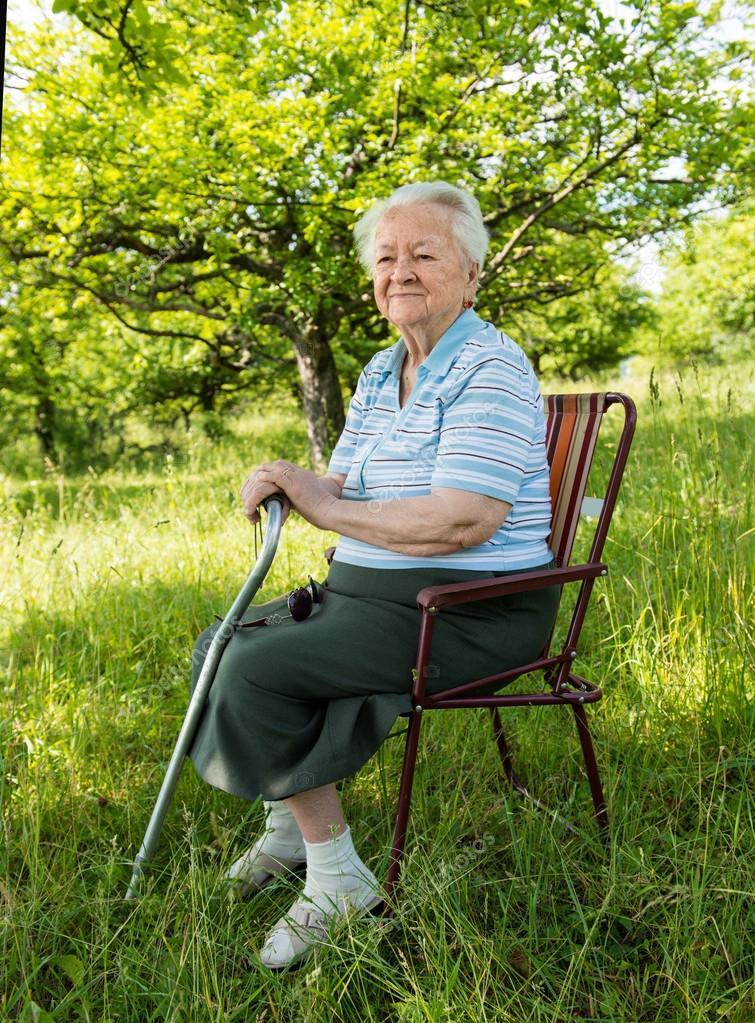 vieille femme assise sur une chaise photographie vbaleha 26830259. Black Bedroom Furniture Sets. Home Design Ideas