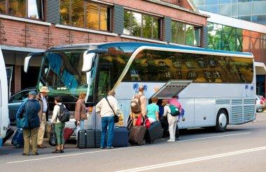 """Картина, постер, плакат, фотообои """"автобус для транспортировки туристов и группы туристов"""", артикул 34955259"""