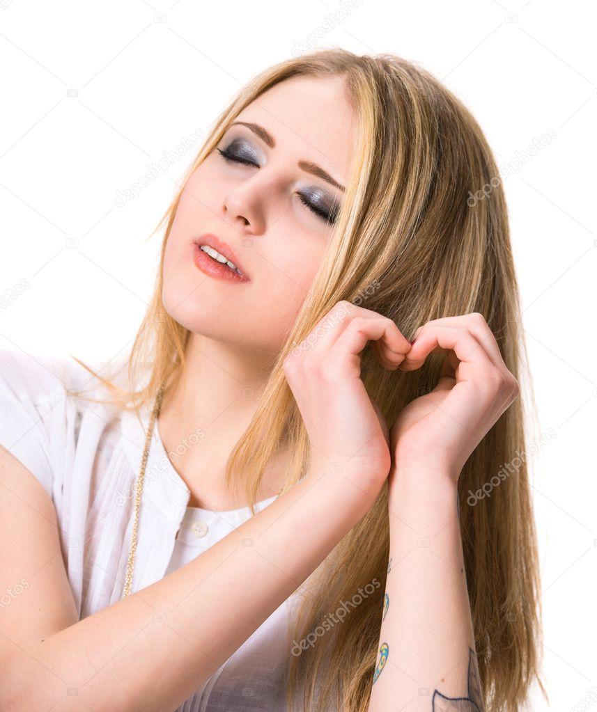 Девушка показывает сердце из рук в руки