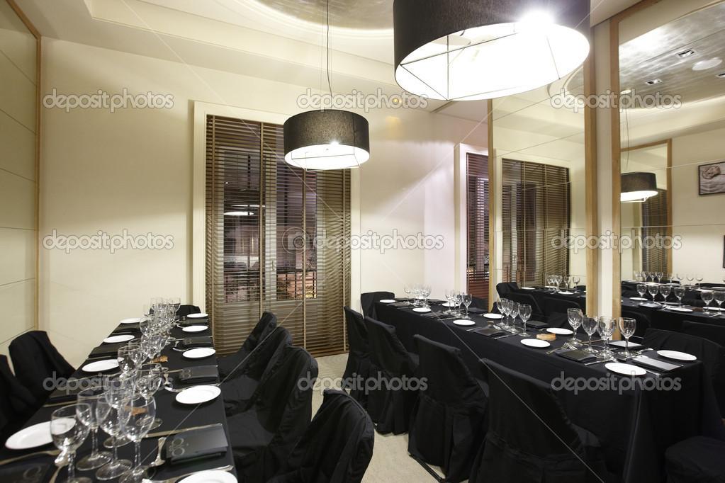 sala de restaurante con mesas decoradas negras u fotos de stock
