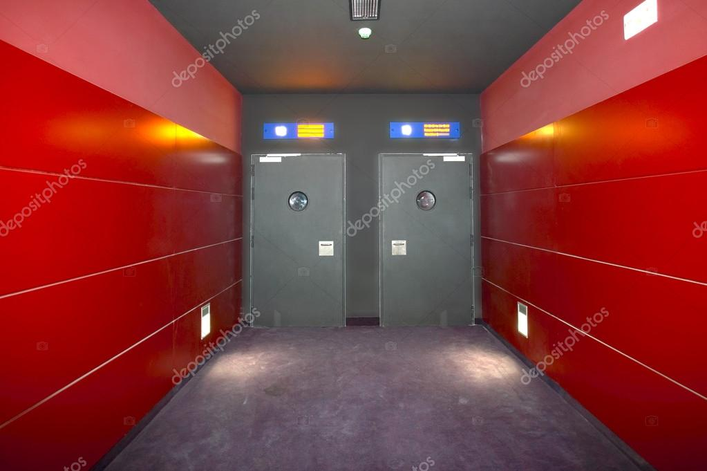 Twee deuren in een bioscoopzaal rode corridor u stockfoto