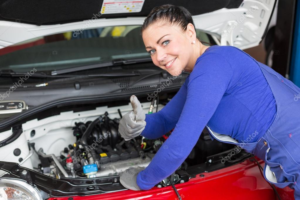 M canicien de r parer une voiture dans un atelier ou un for Voiture dans un garage