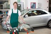 sklenářství manipulace čelní sklo auta v garáži