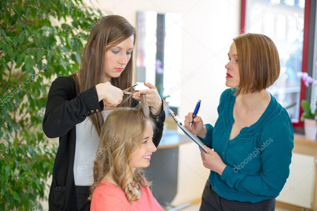 Lehrling Haare Schneiden Wahrend Lehrer Gerade Ist Stockfoto