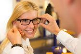 Optik a optometrik poradenství zákazníka o brýle