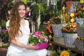 Photo Woman in flower shop among flower arrangements