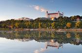 Bratislavský hrad s odrazem v Dunaji