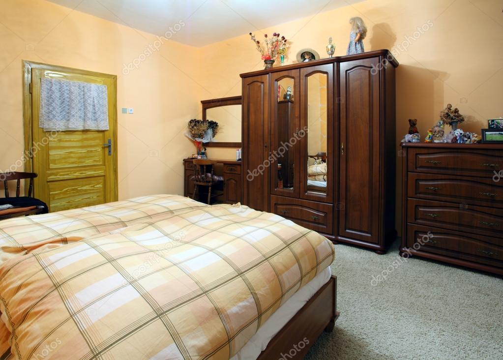 https://st.depositphotos.com/1927453/2769/i/950/depositphotos_27698267-stockafbeelding-oranje-slaapkamer-met-een-dubbelbed.jpg